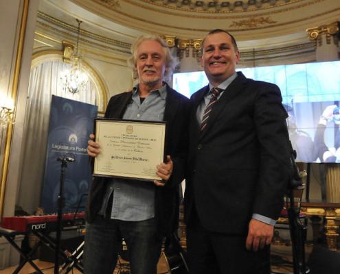Nito con su diploma,  junto al legislador  Hernán Rossi