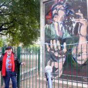 Terribili en Plaza Irlanda con su mural homenaje a Felipe Vallese.