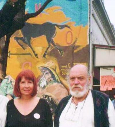 "Carlos Alberto Terribili con Angélica Rodiño de la Unión Vecinal Plaza Crisólogo Larralde, atrás su mural, ""Caballito"""