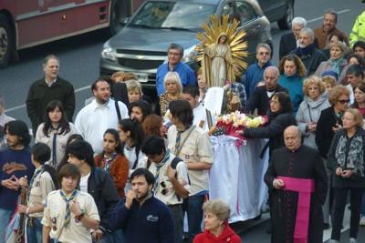 Vecinps junto a Monseñor Aloisio durante una de las procesiones de años anteriores.