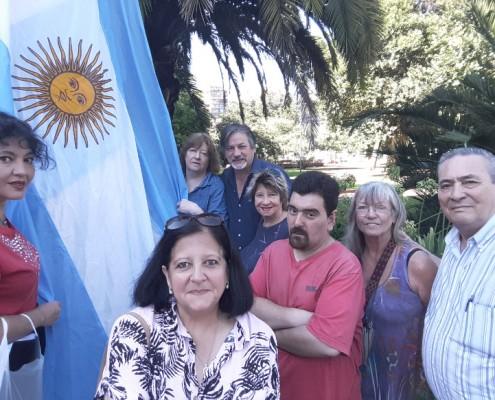 """Integrantes de la Asociación """"La Cofeadía de Caballito"""" izando la bandera en el Parque Rivadavia"""