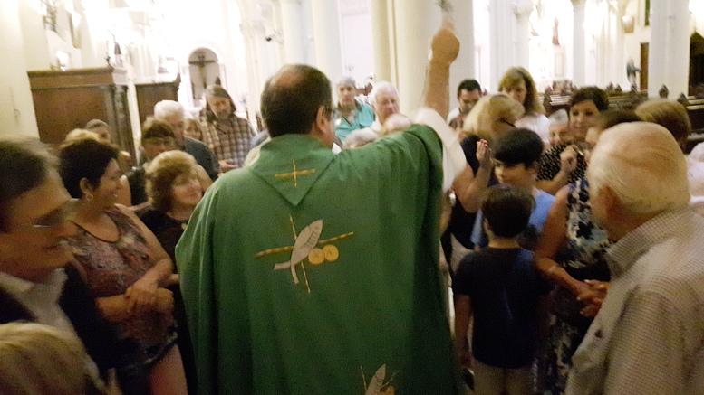 Vecinos caballitenses se acercron a la parroquia a participar en la Misa de Acción de Gracias y fueron bendecidos por el padre Jorge