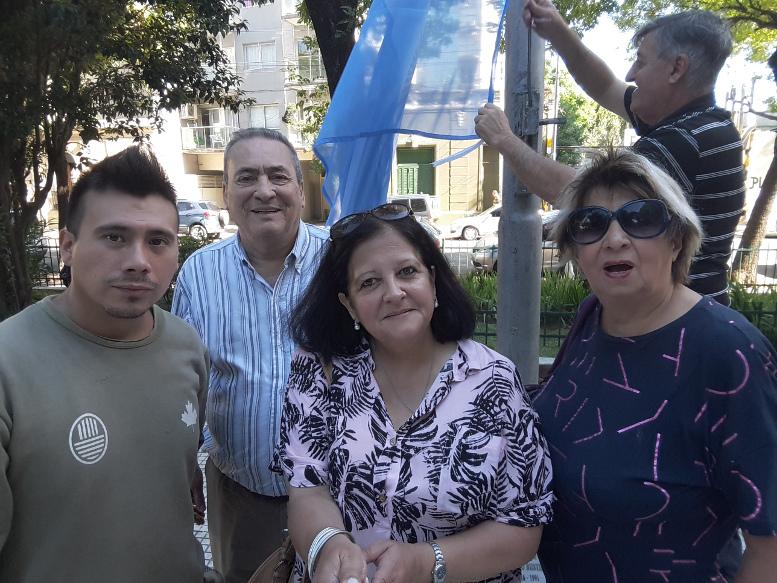 Izando la bandera en la Plaza Crisólogo Larralde