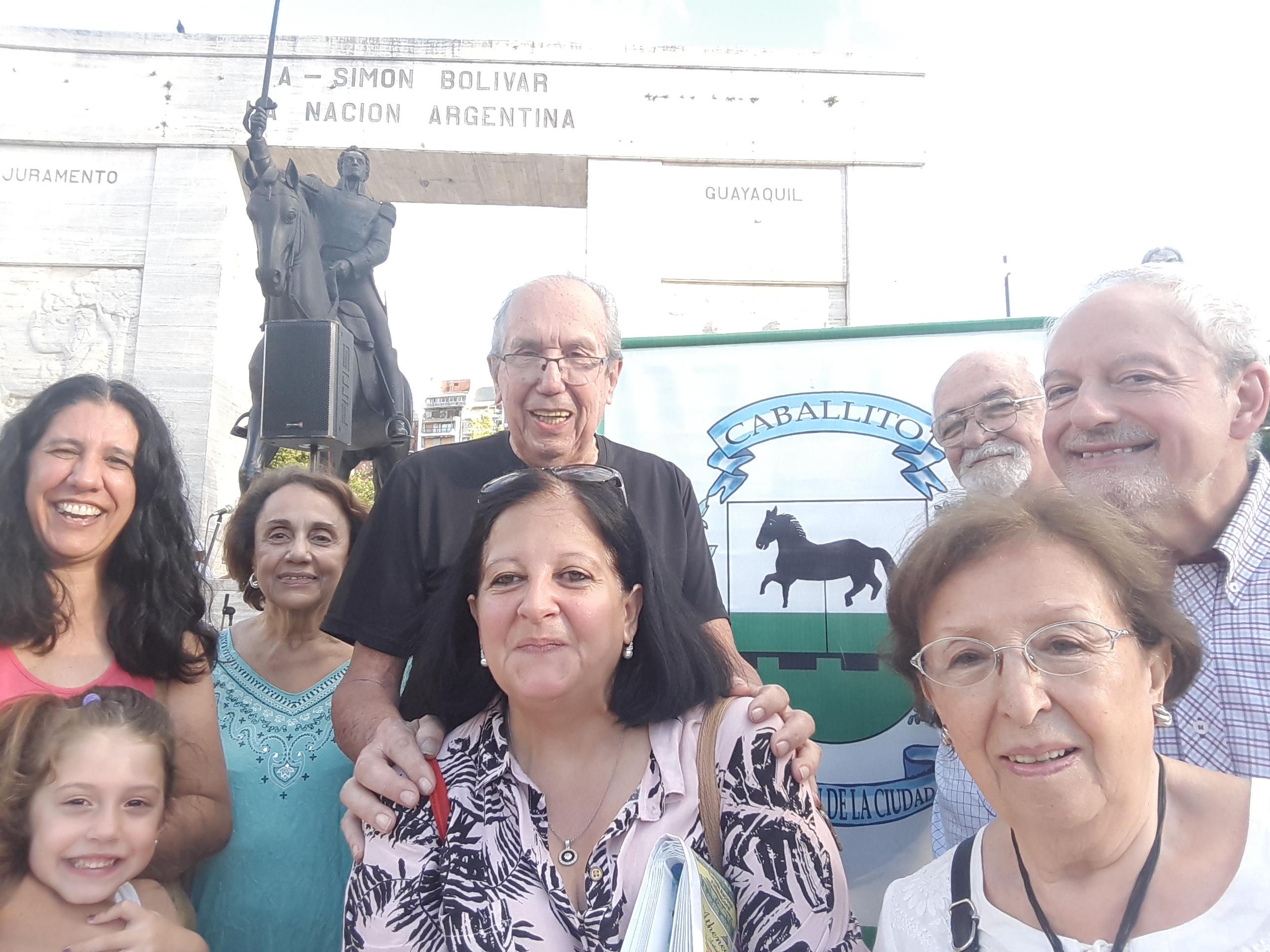 Integrantes de la Junta de Estudios Históricos del Caballito en el Parque Rivadavia