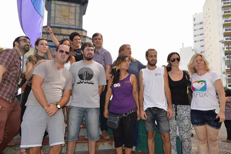 Autoridades comunales acompañando el arrío de la Bandera Nacional en el Parque Centenario