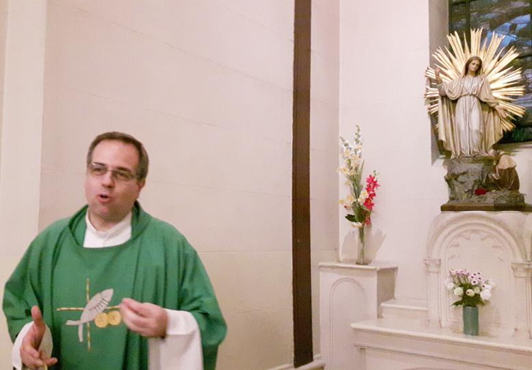 El padre Jorge Lettera junto a la imagen de la Patrona de Caballito, Nuestra Señora de la Misericordia