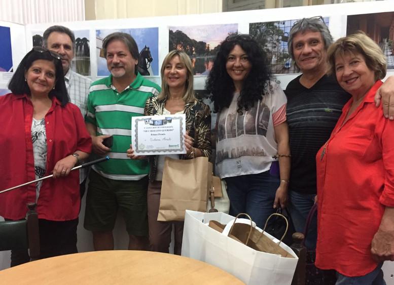 Los organizadores del evento entregando el Primer Premio a Silvana Amato.