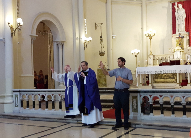Impartiendo la bendición por última vez en Santa Julia