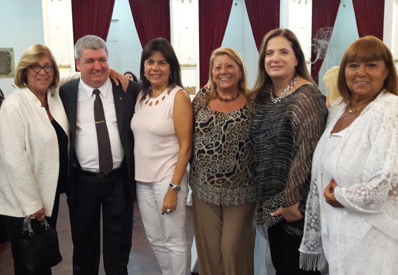 Ricardo Pedace con algunas de las mujeres homenajeadas.