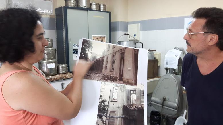 Flavia Bancharán muestra la colección de fotos históricas.
