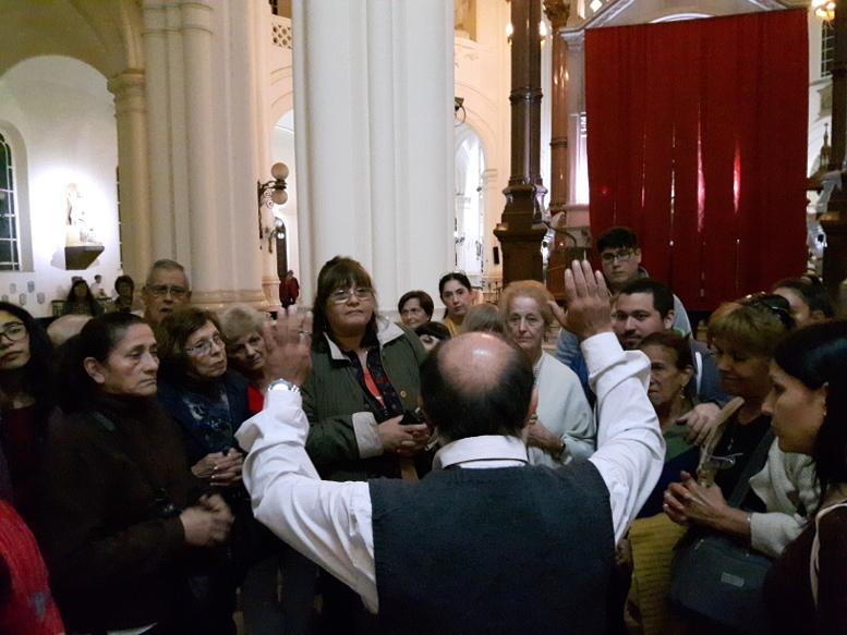 El padre  Carlos bendijo a los vecinos-
