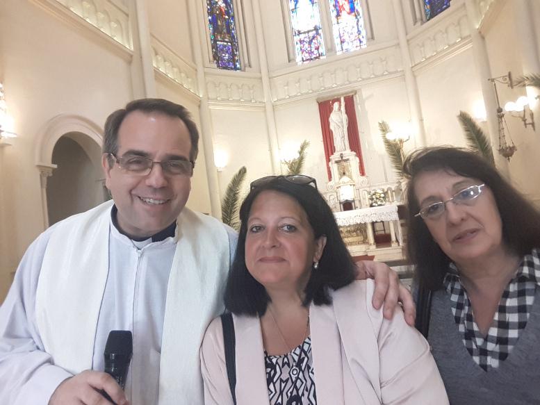 El padre Jorge Lettera con Marina Bussio de la Revista Horizonte y Beatriz Oller de la Asoc. Vecinos del Parque Centenario.