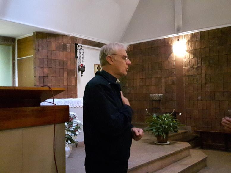 Palabras del párroco Alberto Alois a los visitantes.