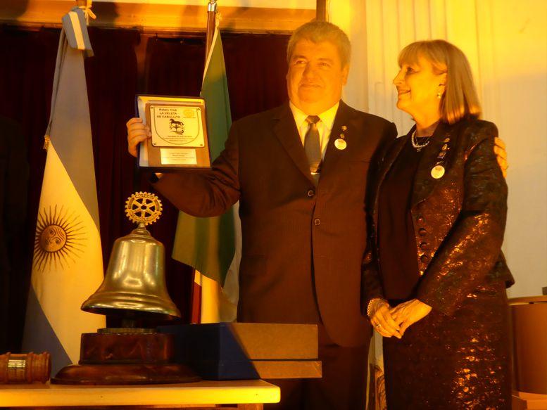 """Susana Espósito, presidenta del Rotary """"La Veleta de Caballito"""" entregando un obseqio al nuevo presidente de Rotary Caballito."""