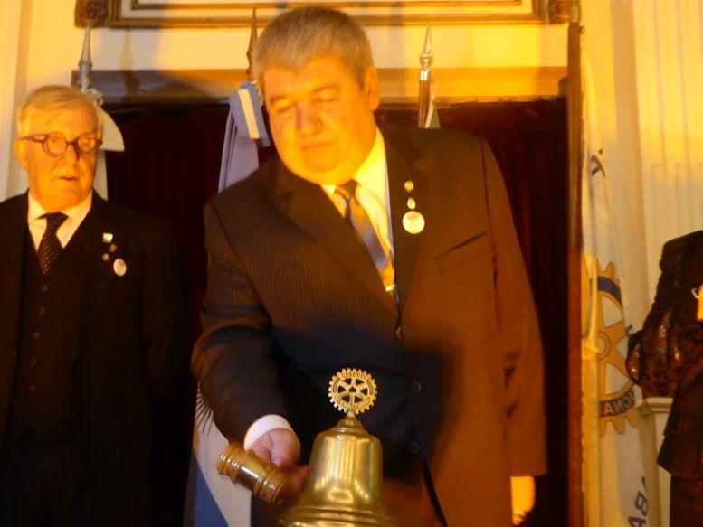 Ricardo Pedace estrena su mazo y toca la campana.