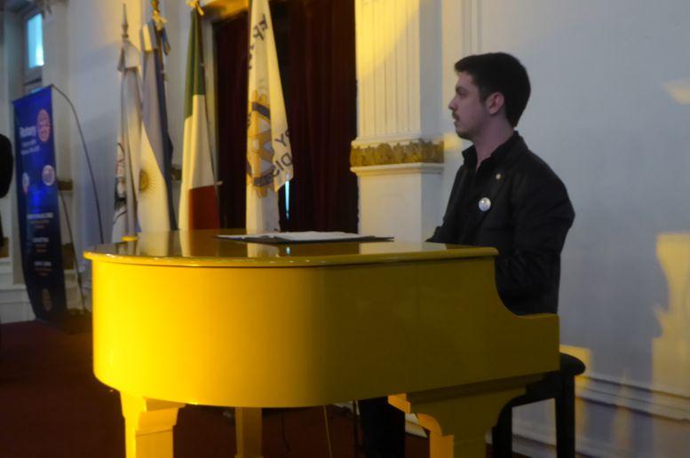 La velada contó con la actuación de Franco Gómez Rignola en piano.