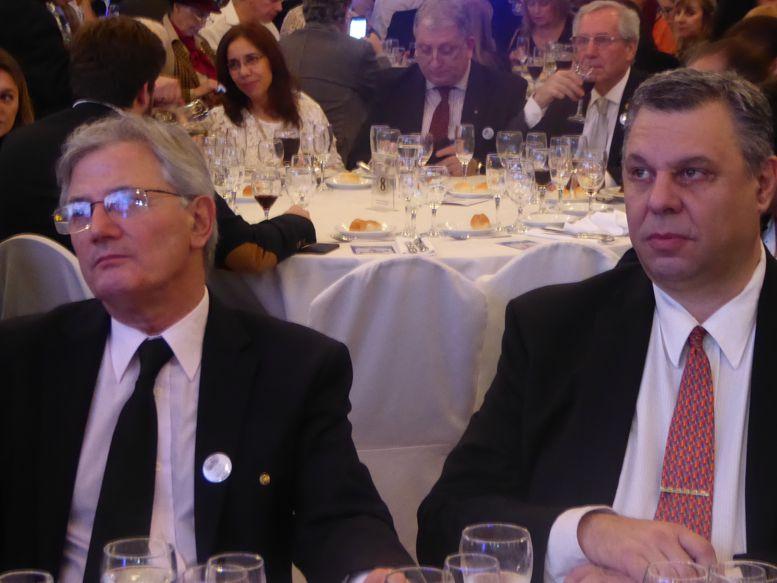 Los gobernadores entrante y saliente, Osvaldo Lazzati y Luis Botino.