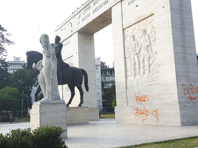 Grafitis en el monumento a Bolívar.
