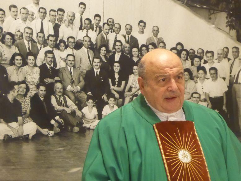 Misa en el Centro Burgalés, oficiada por Monseñor Antonio Aloisio.