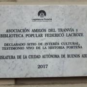 Placa colocada por la Legislatura en la sede de la AAT, Thompson esquina Valle.
