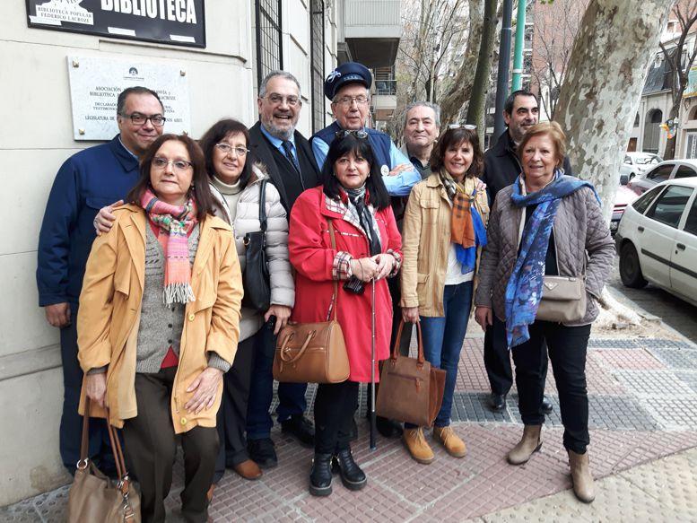 Representantes de las diferentes asociaciones vecinales que participaron en el descubrimiento de la placa.