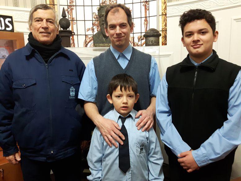 Tres generaciones de aficionados al tranvía, integrantes de la AAT: Oscar Ceballos (abuelo), su hijo Federico y los nietos, Joaquín y Alejo.