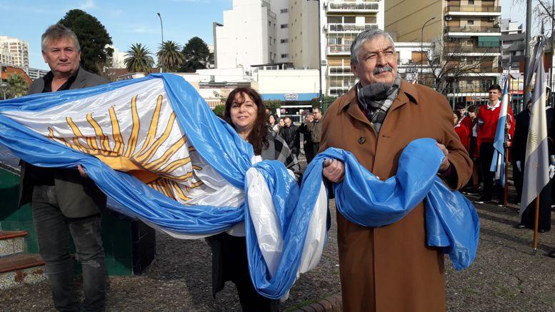 Izaron la Bandera Darío Klehr, director del Museo de Esculturas Luis Perlotti; Sandra Agüero, representando a la Dirección General de la Mujer y el Dr. Oscar Lencinas, director del Instituto de Zoonosis Luis Pasteur.