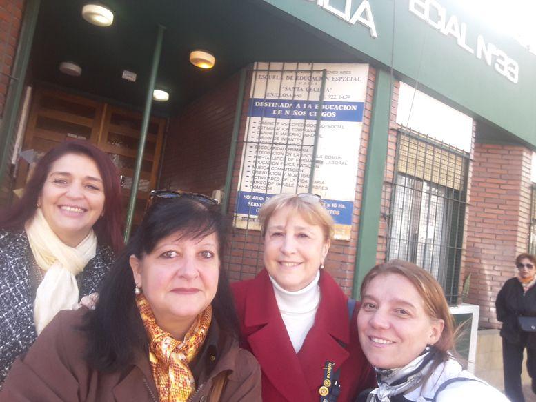 Susana Espósito, Sandra Machao, Fernanda llorensi y Marina Bussio, llegando al Colegio Santa Cecilia.