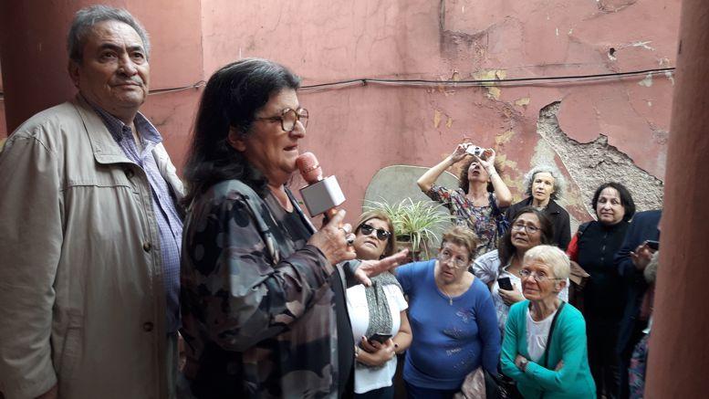 Clelia recibió a los visitantes y relató la historia de la casa y de sus padres.