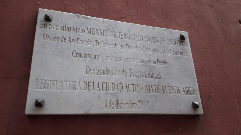 En la entrada de la casa ubicada en Gaona al 1300 puede verse la placa colocada por la Legislatura.