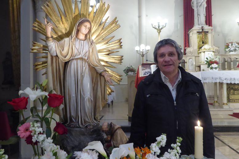 Francisco Sila, autor del Proyecto de Ley que establece el 8 de septiembre como Día de la Patrona de Caballito, junto a la imagen original traída de Italia.
