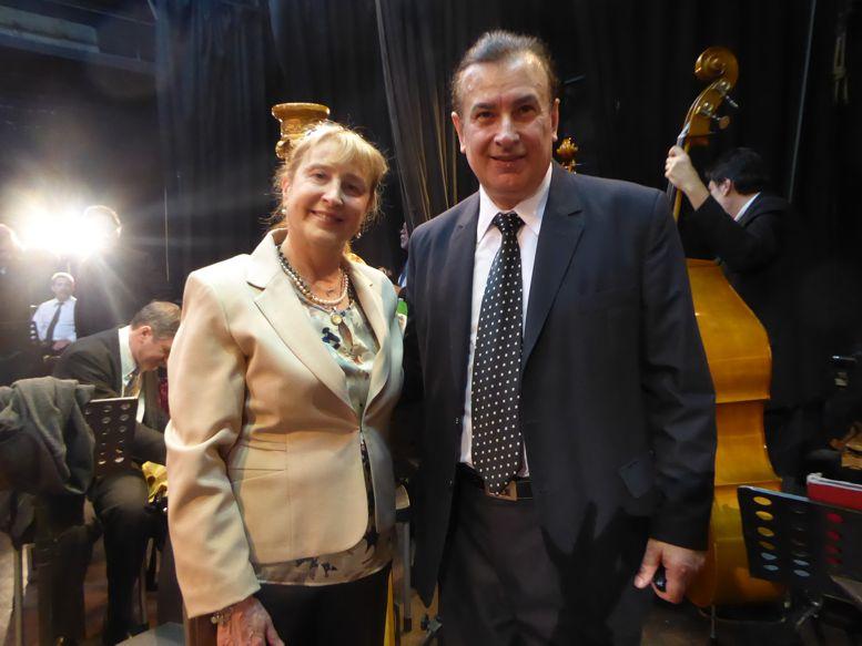 La comunera Susana Espósito junto al Director de la Banda, Maestro Jorge Scilironi