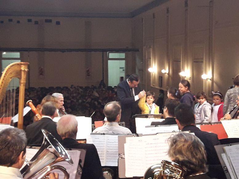 El director, Maestro Jorge Scilironi, enseñando el movimiento de la batuta a los chicos.