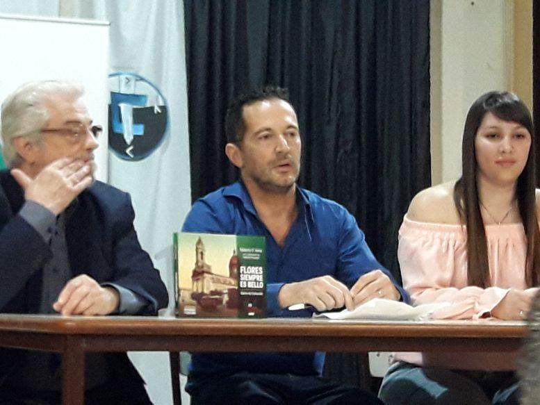"""En el centro, Roberto D¨Anna autor de """"Flores Siempre es Bello"""""""