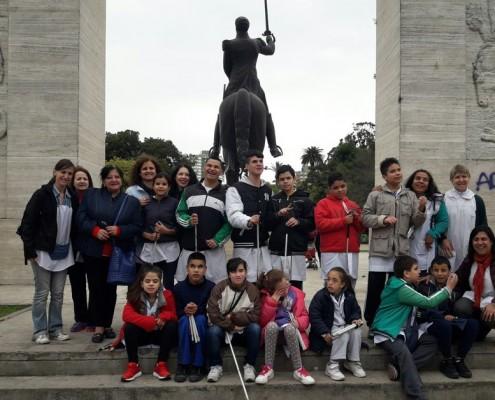 Hermosa mañana de cuentos y relatos en el parque Rivadavia con los alumnos del Colegio Santa Cecilia.