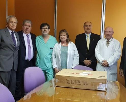Los rotarios junto a los profesionales del Hospital Durand, entregando la donación.