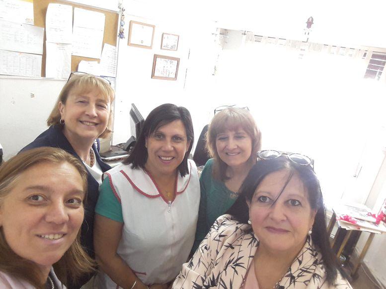 Susana Espósito, Fernanda Llorensi y Marina Bussio con autoridades del colegio.