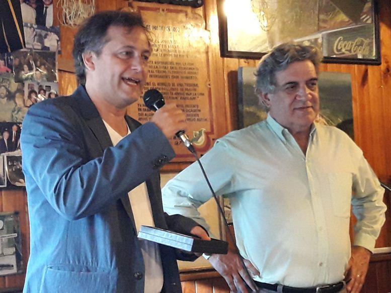 """Daniel Prieto, de la Cámara de Cafés y Bares entregó a placa de homenaje a Felipe Evangelista, titular de """"El Viejo Buzón"""""""