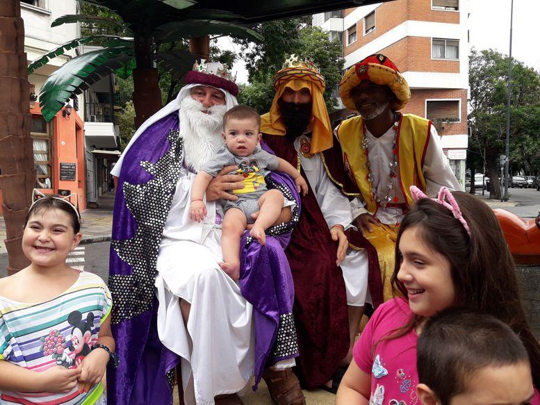En cada parada chicos y grandes se acercaron a fotografiarse con los Reyes Magos.
