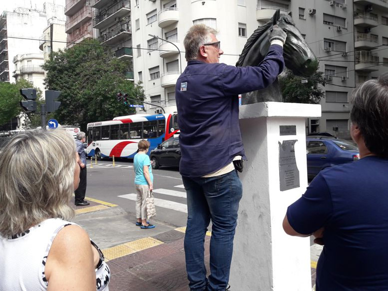 Integrantes de La Cofradía de Caballito y de la Red de Cultura acompañaron al artista.
