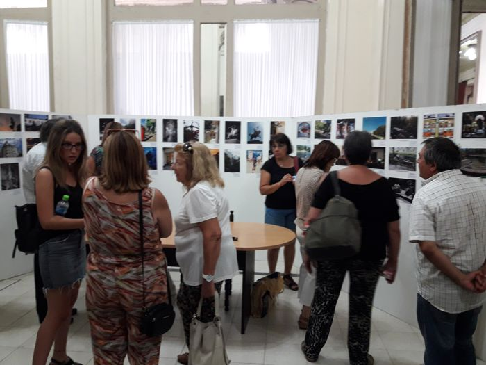 Púbico, vecinos y participantes visitando la muestra.