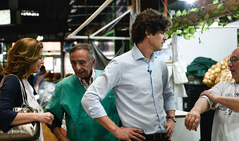 Visitando el Mercado del Progreso durante su campaña junto a Martín Lousteau