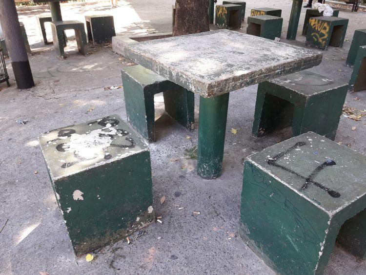Plaza Crisólogo Larralde. Mobiliario vandalizado.
