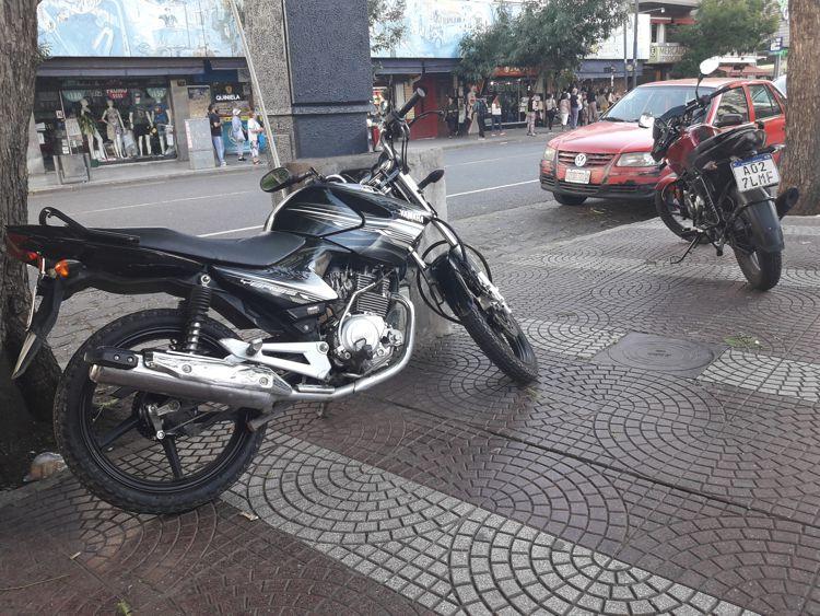 La plaza es utilizada como estacionamiento de motos.