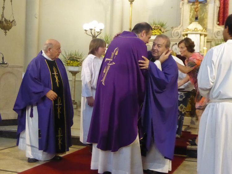 El saludo con el padre Raúl Perrupato.