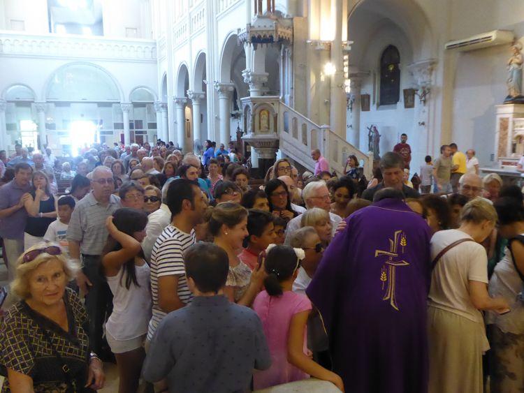 Todos los fieles se acercaron a saludarlo.