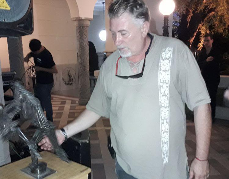 Darío Klehr muestra una de sus obras de la serie Tango realizada en hierro