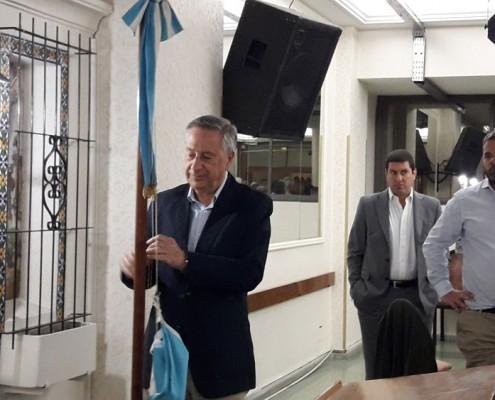 El Dr. Jorge Gilardi fue invitado a izar a bandera al inicio de la reunión.