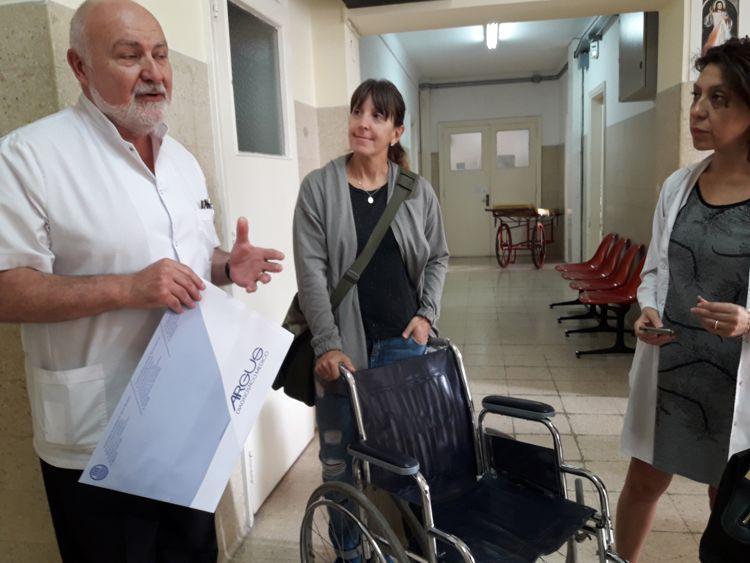 El Dr. Tomás Pieroni, Jefe del Servicio de Geriatría, con las socias rotarias, Fabiana Díaz y Vilma Rebossio