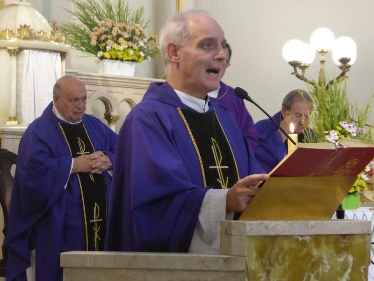 En la misa concelebrada participaron el padre Esteban, Perrupato, y Monseñor Aloisio.
